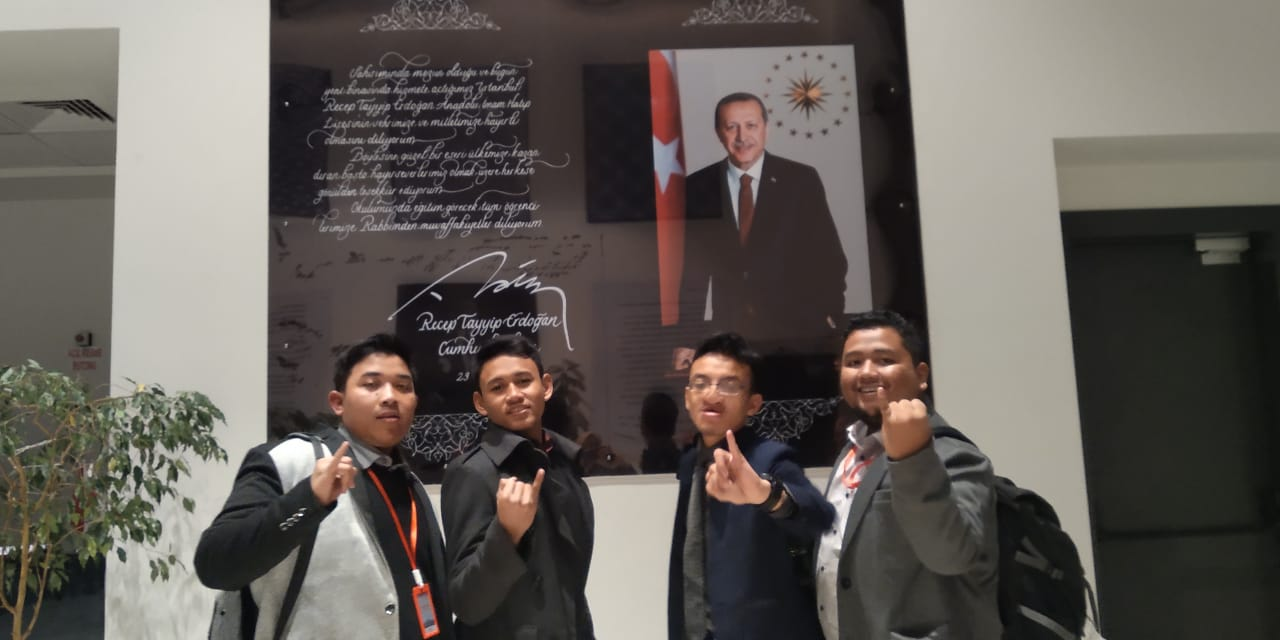 Salah satu mahasiswa program studi manajemen Universitas Darussalam Gontor mengikuti Youth Cultural and Education Exchange 2019 di Turky